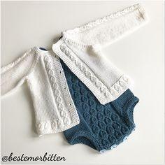 Lett jakke med strukturstrikk i linningen og langs knappestolpen. Knit Baby Dress, Knitted Baby Clothes, Baby Cardigan, Baby Knitting Patterns, Baby Patterns, Baby Barn, Newborn Baby Dolls, Knit Crochet, Mac