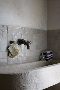 Zellige dans la déco, salle de bain en carreaux blancs, baignoire en pierre