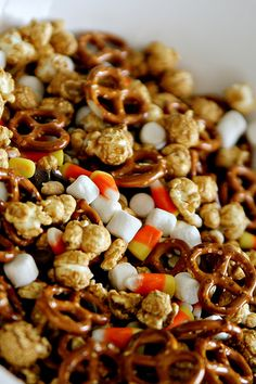 because all trail mix really needs marshmallows + candy corn (halloween appetizers candy corn) Healthy Halloween Treats, Halloween Appetizers, Fall Treats, Trail Mix Recipes, Fall Recipes, Drink Recipes, Yummy Snacks, Yummy Treats, Sweet Treats