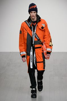 Christopher Raeburn showed its Fall/Winter 2018 collection during London Fashion Week Men's. Continuing on the success of last season, Christopher Ræburn and explorer footwear brand Palladium have once again worked closely together to create a series of… Men Fashion Show, Ski Fashion, Fashion News, Mens Fashion, Fashion Design, Street Fashion, Fashion Menswear, Fashion Styles, Mode Cyberpunk