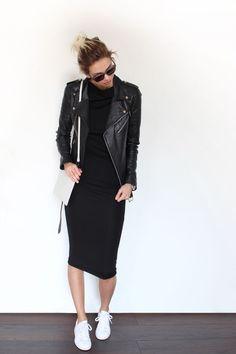 Acheter+la+tenue+sur+Lookastic:  https://lookastic.fr/mode-femme/tenues/veste-motard-robe-moulante-baskets-basses-sac-bandouliere-lunettes-de-soleil/11090  —+Lunettes+de+soleil+noires+ —+Baskets+basses+blanches+ —+Sac+bandoulière+en+cuir+blanc+ —+Robe+moulante+noire+ —+Veste+motard+en+cuir+noire+