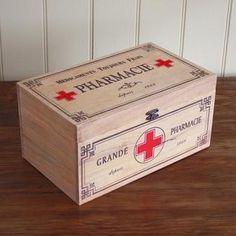 .Pharmacy box. Botiquín de madera.