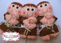 Buque composto por 6 bonecos Santo Antonio, confeccionados em feltro, com 15 cm cada