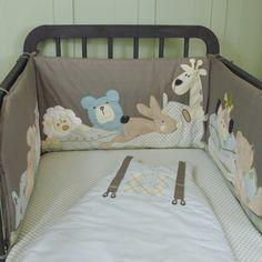 Tour de lit garçon original avec motifs doudou animaux en fausse fourrure à toucher. Petits imprimés rétro. Pour lits bébé 60x120 cm ou 70x140 cm.