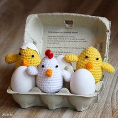 Het duurt nog even voordat het Pasen is maar ik ben alvast begonnen met het haken van een kippetje en een paar schattige kuikentjes.  Je ka... Easter Crochet Patterns, Amigurumi Patterns, Easter Toys, Easter Crafts, Halloween Crochet, Origami, Crochet Animals, Crochet Lace, Crochet Projects