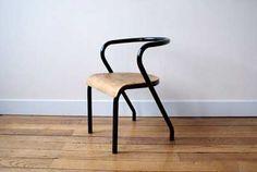 Voici la Mullca 300, la célébre petite chaise dessinée par Jacques Hitier en 1949 pour la société Mullca. (Lire la saga de la paternité de ce modéle surle blog Fresh and Vintage.)
