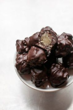 Diese Knusperpralinen benötigen nur drei Zutaten und sind super einfach herzust… These crunchy chocolates only need three ingredients and are super easy to make. A beginner will definitely manage that. Chocolate Quotes, Chocolate Fudge, Cookie Recipes, Snack Recipes, Dessert Recipes, Nutella, Praline Cake, Macaron, Marzipan