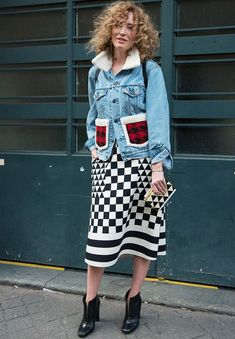 We round up the best denim jackets around right now because you will always need this staple in your wardrobe. Business Casual Jeans, Denim Fashion, Fashion Outfits, Blue Jean Outfits, Estilo Denim, Looks Street Style, Facon, Mode Style, Modest Dresses