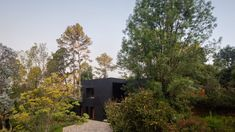 Architecture firm PPAA has designed a black house atop a sloped site in Mexico's Valle de Bravo region with a swimming pool that meets the tree canopy. Outdoor Walkway, Indoor Outdoor, Outdoor Living, Stone Deck, Basement Floor Plans, White Oak Wood, Weekend House, Huge Windows, Tree Canopy