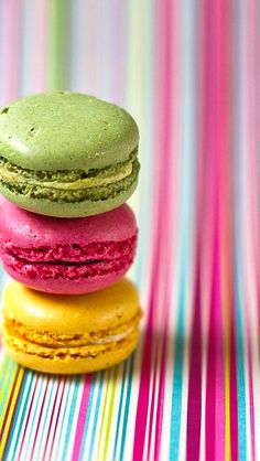 Yellow, pink, and green macarons Macaron Wallpaper, Food Wallpaper, Mobile Wallpaper, Macarons, Macaron Cookies, Biscuits, French Macaroons, Mouth Watering Food, Cute Food
