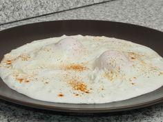 Ouă poșate pe strat de brânză Hummus, Dairy, Cheese, Breakfast, Ethnic Recipes, Morning Coffee