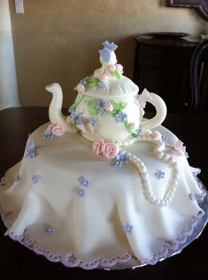 Delicate tea pot cake - teapot cakes seem to be very popular!