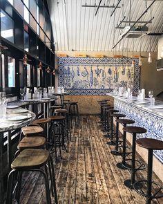 Bar Douro: Portuguese restaurant in London. Restaurant interior design with Port… Bar Douro: Portugiesisches Restaurant in London. Innenarchitektur des Restaurants mit Azulejo-Fliesen und Holzböden in Portugal