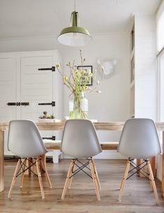 Lichte eetkamer; mooie combinatie wit/grijs/groen & hout, mooie lamp & mooie Eames DSW stoelen.