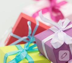 pembe kartondan kalp şeklinde yapılmış hediye paketinin şablonundan ve fotoğraflı yapım aşamalarından yararlanarak siz de minik hediyeleriniz için hoş sunumlar hazırlayabilirsiniz.