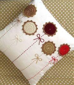 Almofada tamanho 30x30 cm em algodão com detalhes em crochê.