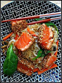 En cuisine... avec Myl !: Tataki de saumon au sésame, sauce teriyaki et nouilles sautés aux légumes croquants