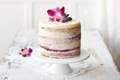 27.5.2016... IDEA NAKU KAKKU....Valitse kakun päälle syötäviä kukkia, jotka ovat samaa sävyä kakun kanssa. Tätä kakkua koristaa syötävä orkidea.