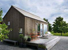 <strong>Bygglovsfritt</strong>. Nu får man bygga ett hus på max 25 kvadratmeter utan bygglov. Här huset c/o Attefall från Sommarnöjens kollektion c/o 25. I detta utförande med modernt sadeltak i naturligt grånande kärnfuru med pris från 330 000 kronor. Ställbar solstol med aluminium- stomme, 1 195 kronor, sidbord, 2 800 kronor, båda från Olson. Handduk, 479 kronor, Granit.