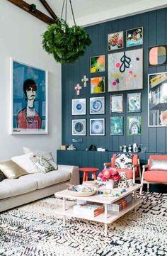 déco petit salon avec lambris mural bleu ardoise, cadres et meubles chic