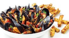 Moules à la tomate et à la coriandre | Recettes IGA | Fruits de mer, Vin blanc, Recette rapide
