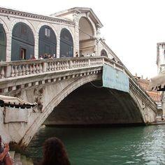 Il ponte di Rialto a Venezia 2003: una città magnifica e indimenticabile che ogni persona dovrebbe vedere almeno una volta nella vita. Io l'ho fatto un po' di anni fa e condivido ora le foto che feci con voi. Spero che gradirete :-) #venice #venezia #igersvenezia #igersveneto #ig_italy #ig_italia #italian_places #italian_trips #ig_europe #ig_europa #people_and_world #kings_villages #ig_shotz_cities #urbanromantix #beststreets #vscoauthentic #vscogoodshot #vscogood_ #rsa_vsco #shotaward…