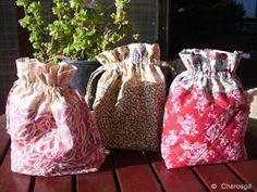 Charo's Patchwork: Tutorial bolsita acolchada. Drawstring Bag Tutorials, Drawstring Bags, Grandma Crafts, Crochet Basics, Purses And Bags, Diy And Crafts, Pouch, Quilts, Sewing