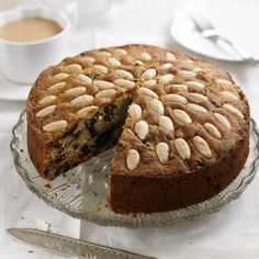 There's nothing nicer than a good slice of light crumbly fruit cake and this Dundee cake recipe is our idea of the perfect companion to a cup of tea! Greek Cake, Greek Yogurt Cake, Dundee Cake Recipe, Australian Desserts, Online Cake Delivery, Milk Cake, Traditional Cakes, Classic Cake, Crack Crackers