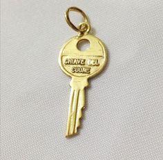 Ciondolo  chiave del cuore  in oro 18 kt  #chiave #chiavedelcuore #oro18kt #gold18k #ciondolodellamore #amore #charms #pendants #gioielleriacentrooro #gioielli #jewels #jewellery