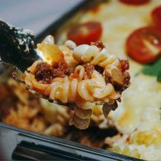 Köttfärsgratäng med mozzarella, en enkel gratäng med pasta, köttfärs och ostsås. Har du redan färdig köttfärssås hemma så är den här rätten klar i ett nafs. Alla har ju sina egna recept på just köttfärssås använd en köttfärssås som inte är allt för såsig bara. Den ska liksom hamna ovanpå pastan. Jag älskar enkel mat ... [Read more...]