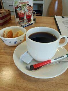 黒豆コーヒーとパンいただいています。