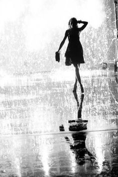 Walking In The Rain, Singing In The Rain, I Love Rain, Rain Dance, Rain Drops, Rainy Days, Rainy Night, Belle Photo, White Photography