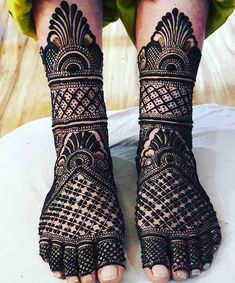 Henna designs Influencer Mehendi on the legs is as important for the bride as is to put it in her hands. We have collected 30 amazing mehndi designs of leg for your inspiration. Dulhan Mehndi Designs, Mehandi Designs, Mehndi Designs Feet, Mehndi Designs 2018, Stylish Mehndi Designs, Mehndi Design Pictures, Mehndi Images, Henna Hand Designs, Mehndi Designs Finger