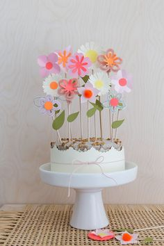 DIY Papierblumen denn Caketopper The post DIY Papierblumen denn Caketopper meine Wenigkeit Liebe Deko appeared first on WMN Diy. The post DIY Papierblumen als Caketopper The post DIY Papierblumen als Caketopper Ich L appeared first on PINK DiY. Birthday Cake Decorating, Birthday Decorations, Pretty Cakes, Cute Cakes, Cupcake Toppers, Cupcake Cakes, Father's Day Celebration, Diy Party, Eat Cake