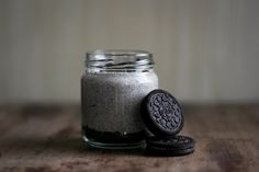 Make a stunning Oreo cheesecake without turning on your oven. Then learn how to make your no-bake Oreo cheesecake your own. Creme Dessert, Ice Cream Desserts, Ice Cream Flavors, Ice Cream Recipes, Ice Cream At Home, Make Ice Cream, Ice Cream Maker, Mason Jar Cookie Recipes, Mason Jar Cookies