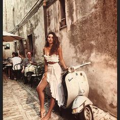 Classy outfit and a Vespa Vespa Girl, Scooter Girl, Mode Outfits, Fashion Outfits, Photography Poses, Fashion Photography, Jolie Photo, Vacation Outfits, Mode Vintage