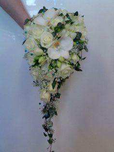 Brudebukett med heng laget av roser, orkide, pletter i luften og knupper