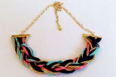 Art.C0005. Collar corto de trenza realizada con diferentes géneros y   cadena dorada regulable. Por consultas escribinos a info@encapricharte.com.ar   o buscanos en www.facebook.com/encapricharte