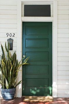 Spring Curb Appeal: Painted Front Doors + Paint GuideBECKI OWENS Painting your front door is a quick and inexpensive way to change the look and feel of your exterior. Check out these beautiful door ideas + paint guide. Green Front Doors, Exterior Front Doors, Painted Front Doors, Front Door Colors, Entrance Doors, Front Door Decor, Exterior Paint, Interior And Exterior, Colored Front Doors