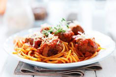 Delicious saucy and a little bit spicy. This meatballs and spaghetti in a delicious tomato chilli sauce recipe is almost too good to be true for those of you on Steps 3 4 and 5 go on see if you fancy a bit of this for your tea tonight Chec Spaghetti Bolognese, Spaghetti And Meatballs, Spicy Meatballs, How To Cook Meatballs, Turkey Meatballs, Italian Meatballs, Spaghetti Recipes, Pasta Recipes, Tomato Chilli Sauce