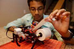 Shubham Banerjee, quien con apenas 13 años de edad inició una compañía para desarrollar máquinas de bajo costo para la impresión en sistema Braille.