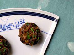 Ingredientes - cinco o seis hongos portobello o champignon, lo más grandes posible. Yo prefiero los portobello - una berenjena grande - dos tomates chicos o uno y medio grandes - una cebolla pequeña -...