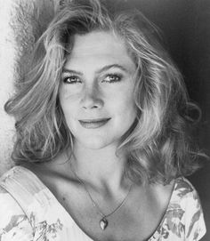 Mary Kathleen Turner (born June better known as Kathleen Turner, is an American film and stage actress and director. Hollywood Stars, Classic Hollywood, Divas, Famous Girls, Famous Women, Female Actresses, Actors & Actresses, Kathleen Turner, Actrices Hollywood