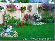 Flores en maceteras en la pared, adornos metalicos, fuente-cascada / Carli