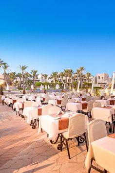 """Urlaub in Ägypten. Urlaub in Marsa Alam am Roten Meer. Dieses luxuriöse Resort bildet mit dem """"Port Ghalib Resort"""" eine großzügige Hotelanlage. Weiters gibt es neben einer eleganten Empfangshalle mit Rezeption & Lobby, eine Shisha-Ecke, das Hauptrestaurant, das Restaurant """"Lagoon"""" mit Buffet am Abend sowie das """"Cardamom"""" à la carte am Strand & verschiedene Bars.  #egypt #restaurant #ägypten #portghalib #marsaalam #redseahotels #reiseinspiration #reiselust #traumurlaub #allinclusive… Marsa Alam, Buffet, Restaurant, Am Meer, Outdoor Furniture Sets, Outdoor Decor, Red Sea, Hotels, Strand"""