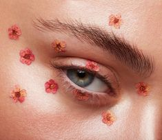 Les fleurs 🌺   Photo @thebeautyretoucher   Model @claretee_  For @fn.makeupacademy   Makeup by me #nikki_makeup #flowers #macrobeauty #glow