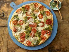 Tomaten-Mozzarella-Flammkuchen mit Pesto