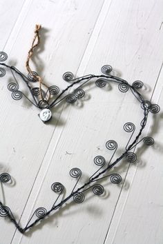Love this wire heart I Love Heart, Key To My Heart, Heart Garland, Scrap Metal Art, Jolie Photo, Wire Weaving, Wire Crafts, Felt Hearts, Wire Art