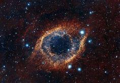 Nebulosa de la Hélice, en la constelación de Acuario, a unos 700 años luz de la Tierra. La luz infrarroja revela filamentos de gas frío, con un rico fondo de estrellas y galaxias (Nasa)
