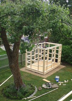 liten lekstuga Backyard Fort, Pallet Playhouse, Play Houses, Tree Houses, Garden Bridge, Playroom, Deck, Diy Projects, Outdoor Structures